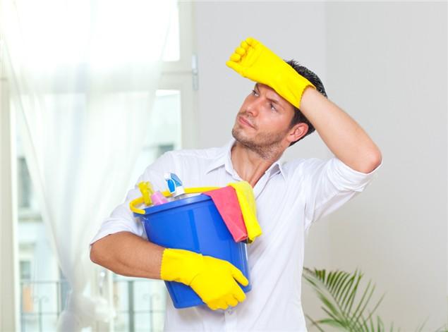 man huis schoonmaken geluk en energie